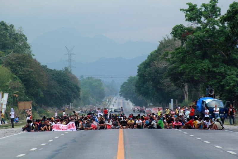 Protesting farmers block a national highway. Photo by Ace R. Morandante. Source: davaotoday.com