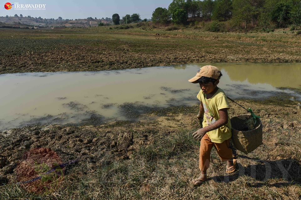 A child walks on the dried-up river bed of Thaminekham Dam near Aung Ban on April 28, 2016. Photo by Jpaing / The Irrawaddy