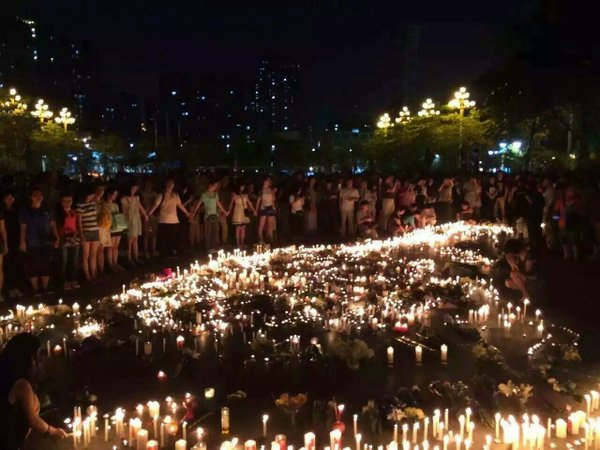 Hundreds of medical staffs and Guangzhou residents mourned for the death of retired dentist Chen Zhongwei. Photo from Twitter user Jiang Bo.