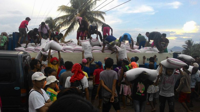 Protesting farmers succeeded in getting rice from a government warehouse. Photo by Kath Cortez. Source: Facebook