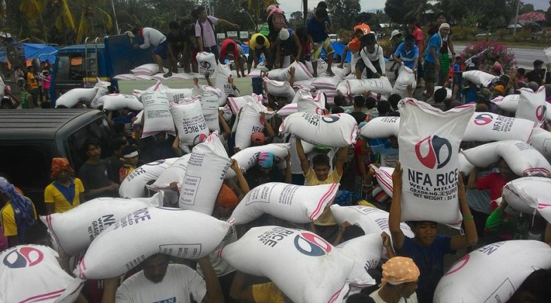 Farmers receive rice aid from the government. Photo by Kath Cortez. Source: Facebook
