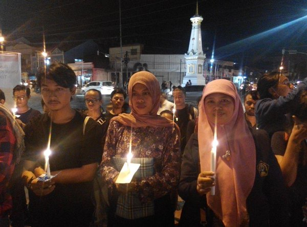 Indonesians in central Java region light candle for Yuyun. Photo by Forum Pengada Layanan. Source: ‏@CuteTiel, used with permission