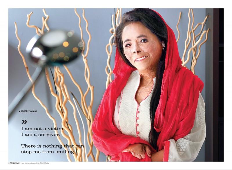 """""""Non sono una vittima, sono una sopravvissuta. Non c'è niente che mi possa impedire di sorridere"""". Jayatari Tamang è la prima sopravvissuta dalle ustioni a posare per la copertina di una rivista nepalese. Foto usata con permesso."""