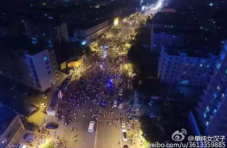 A photograph of demonstrations in Shandong province, posted on Twitter by Lu Yuyu. Photo via Weibo.