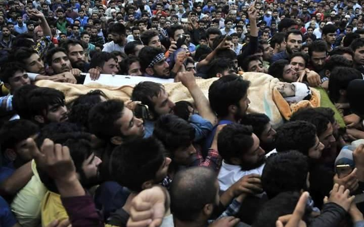 Bereaved mourners carrying the dead body of Burhan Muzaffar Wani. Image from Facebook by Zulkarnain Banday