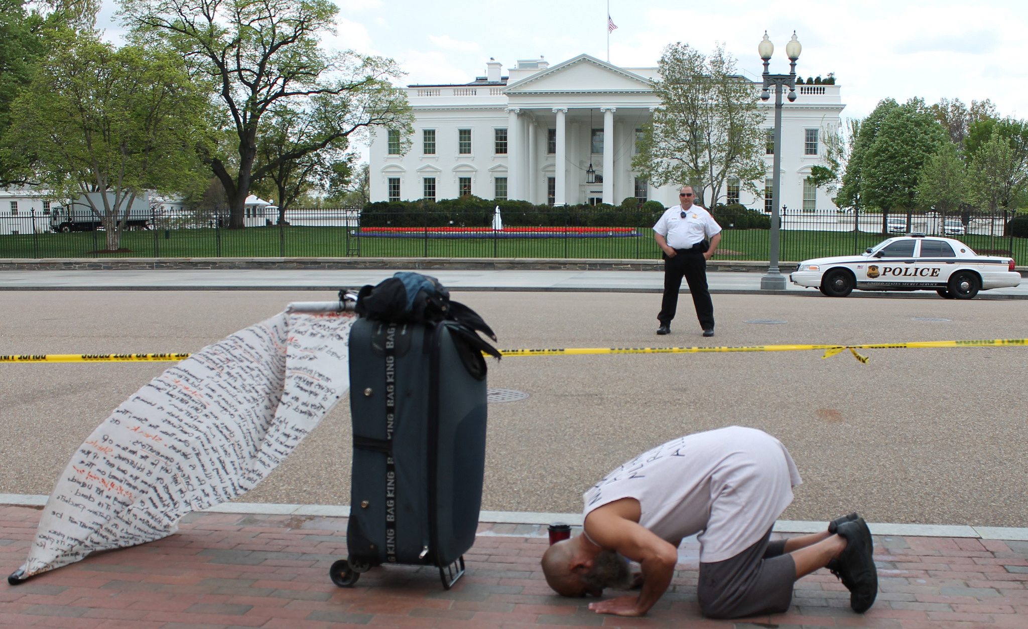 A Muslim man praying in front of the White House in Washington DC. Photo taken in April 2013 by Flickr user Elvert Barnes.