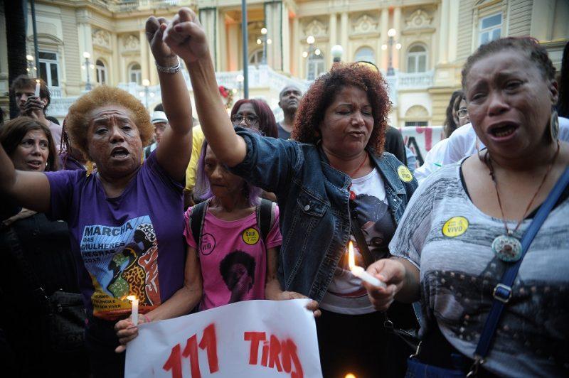 Rio de Janeiro - Protesto pela morte dos cinco jovens assassinados por PMs em Costa Barros e pelo extermínio de jovens negros, em frente ao Palácio Guanabara, em Laranjeiras, sede do governo do Estado (Fernando Frazão/Agência Brasil)