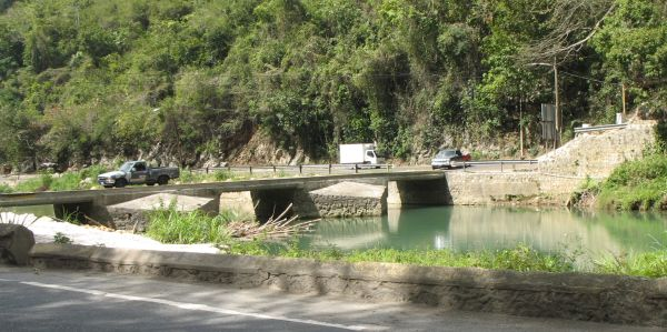 Flat Bridge, Jamaica. Photo by Jozef.sovcik, own work, used in the public domain.