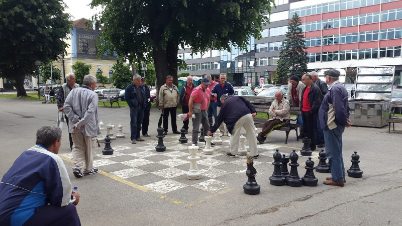 Senior citizens playing chess on the street in Banja Luka, Republika Srpska, Bosnia and Herzegovina. Photo: F. Stojanovski, CC-BY.