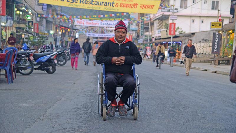 「私はネパールの 75ある郡のうち71の郡を周りました。東端のメチから西端のマハカリまでずっと、車椅子に乗って一人でね。新憲法の下では、ハンディキャップのある人たちにも平等な権利が保障されているんだということを、声を上げて訴えるために」 スーリヤ・バハドゥール・ラナバト・ヤトリ 2016年1月1日、ポカラにて