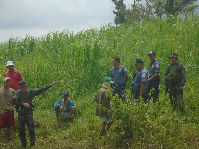 Police and soldiers are seen ordering some farmers to vacate a property being claimed by the provincial government. Photo courtesy of UMA Pilipinas