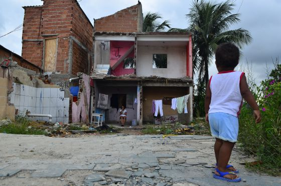 A house in Vila Autódromo shared by two people was half-demolished when only one of them agreed on settlement offered by the city of Rio. Photo: Fernando Frazão / Agência Brasil CC BY 3.0