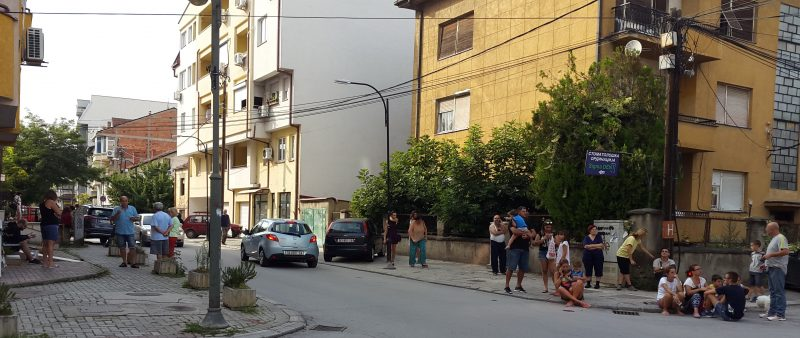 Skopje residents in front of their homes after the afternoon earthquake. Photo by F. Stojanovski, CC-BY.