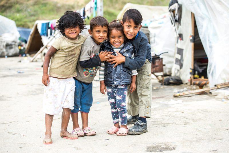 Des enfants roms sans-abri après que les autorités de Skopje ont détruit leur logement au bulldozer. Photo de Vančo Džambaski, CC BY-NC-SA.
