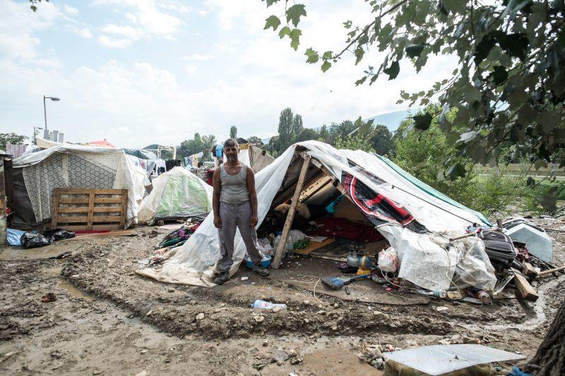 Un homme devant sa tente, située à 3 km de la place principale de Skopje. Photo de Vančo Džambaski, CC BY-NC-SA.