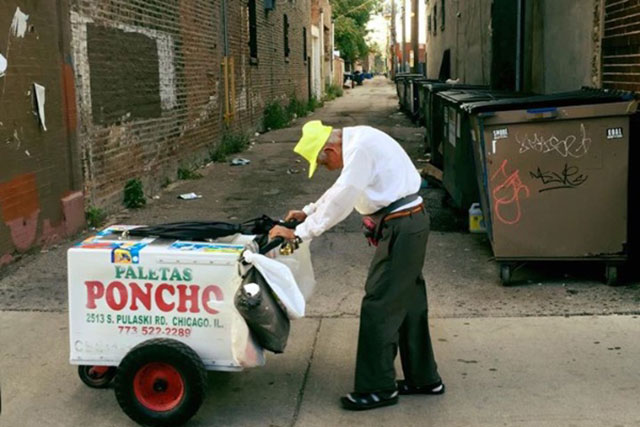 Fidencio Sanchez, 89, pushes his popsicle pushcart through Chicago's Little Village neighborhood. He recently attempted to retire but had to return to work to make ends meet after the death of his daughter. (Photo: Joel Cervantes Macias / GoFundMe)