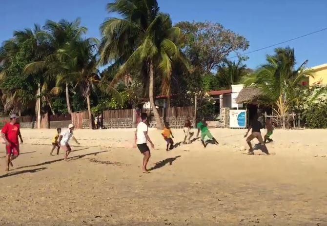 Main bola dengan anak-anak nelayan di Ramena, Madagaskar (foto karya penulis dipakai dengan izin)