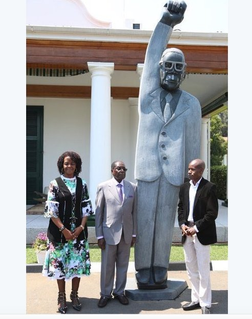 Zimbabwean President Robert Mugabe, First Lady Grace Mugabe and sculptor Dominic standing next to the statue. The image has been shared widely on Twitter. This one was shared by ‏@Quables.