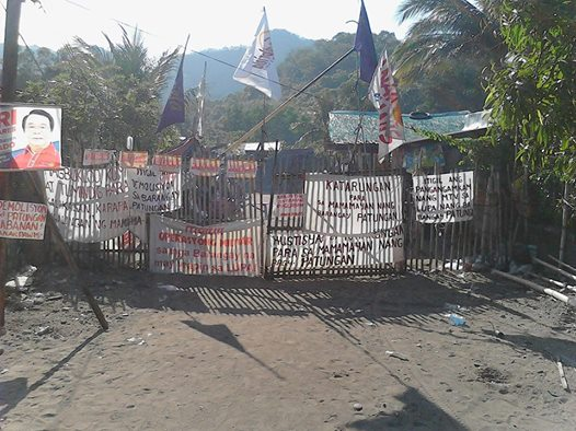 Residents put up barricades to guard against threats of demolition. Photo credits: Pamalakaya-Pilipinas.