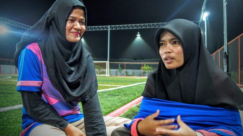 Waeasmir Waemano dan Sawani Mama, mahasiswi di kampus Pattani dari Universitas Prince of Songkla, mengatakan mereka ingin masyarakat melihat bahwa perempuan bisa bermain sepakbola, dan melakukannya bahkan saat mengenakan jilbab. Foto oleh Fadila Hamidong, atas perkenan Prachatai.
