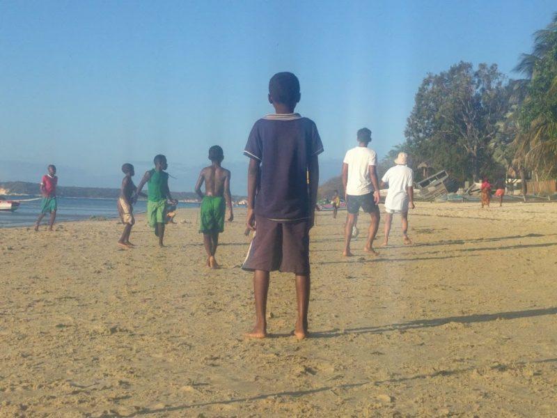 Anak-anak main bola di Madagaskar. Foto karya penulis.