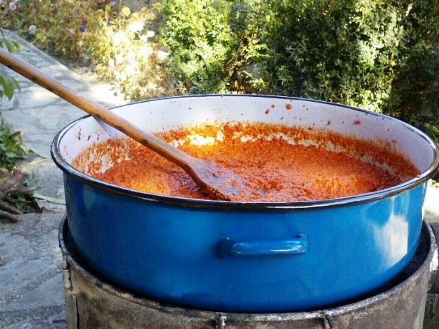 Une casserole d'ajvar, photo : Radosnica, CC BY-SA 3.0 via Wikimedia Commons.