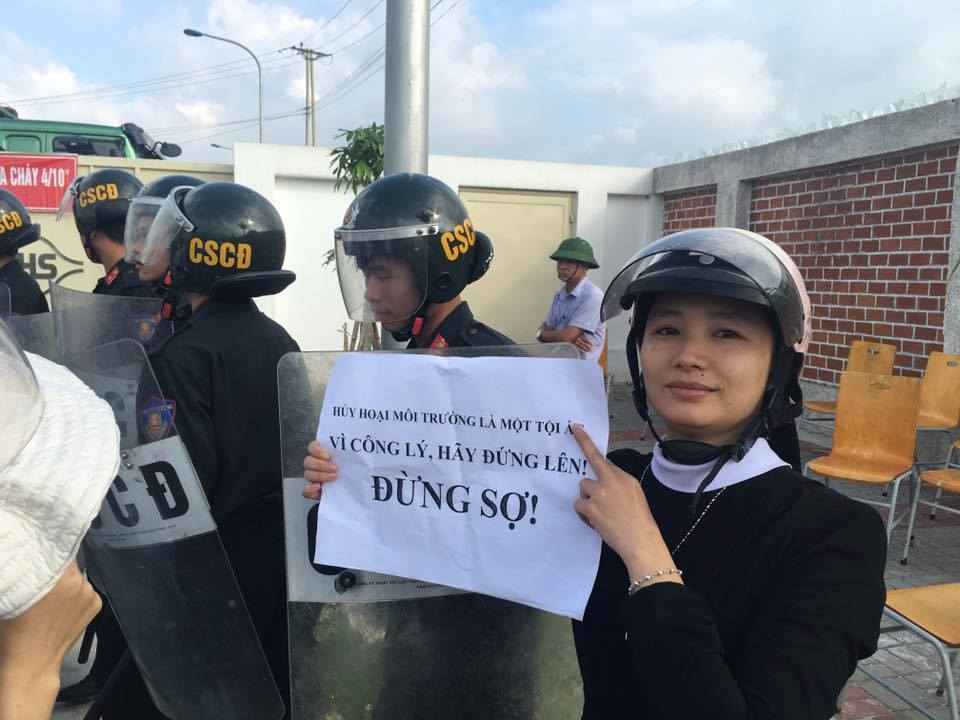 "A a nun holding a sign ""Stand up for justice, don't be afraid"". Source: Facebook page of Việt Tân"