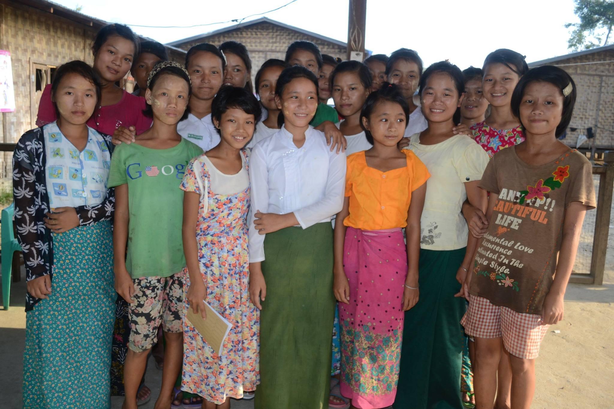 """¿Qué le quieres decir a las niñas en Myanmar en el Día Internacional de la Niña? """"Estudien y trabajen duro para alcanzar sus sueños. Deseamos que el sueño de todas las niñas se haga realidad"""". – Niñas viviendo en un campo IDP en Kachin. Foto y publicación de Plan International en Myanmar. Utilizada bajo autorización."""
