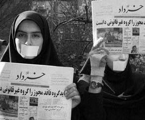 Protesta de activistas por la prohibición de periódicos en Irán. Foto de payvand.com.