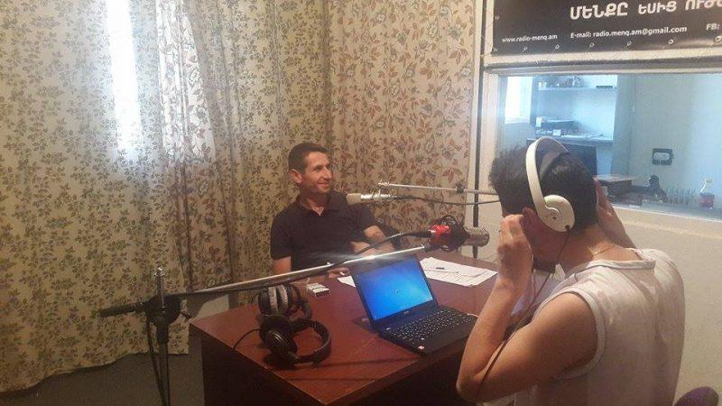 ラジオMENQ、放送中(写真:イゴール・ムクルトゥミアン)掲載許諾済