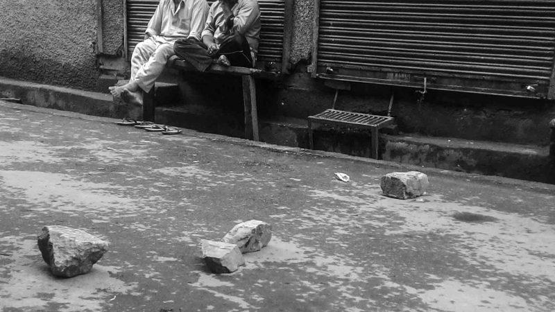 Камни, блокирующие дорогу. Фото сделано отцом автора.