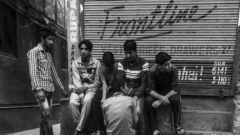 Подростки сидят на улице. Фото сделано отцом автора.