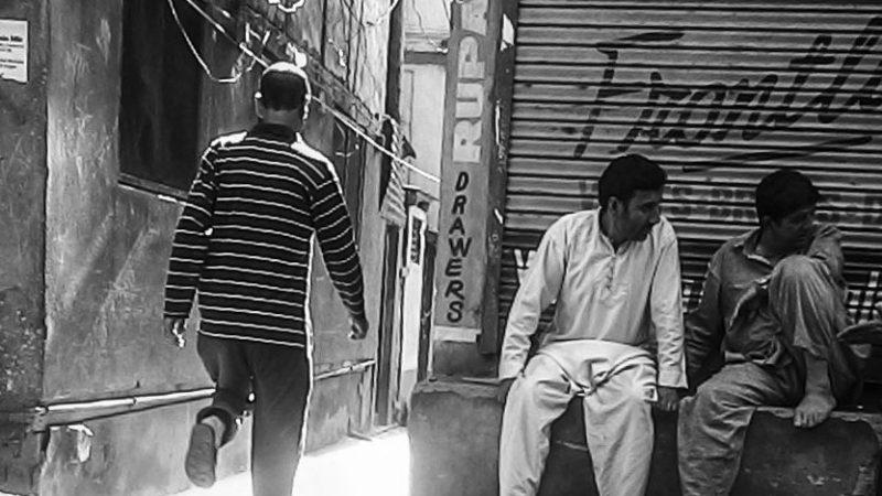 Фото соседа и разговаривающей возле магазина компании. Фото сделано отцом автора.