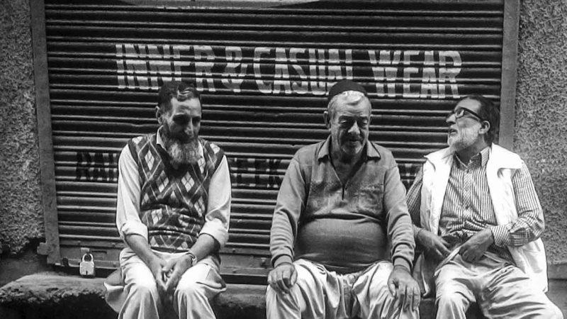 Местные сидят на пороге магазина. Фото сделано отцом автора.
