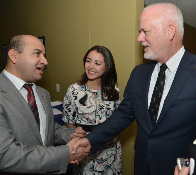 Le Président de l'Assemblée générale des Nations Unies, Peter Thomson (à droite) et l'auteur de Global Voices, Abdulfattoh Shafiev (à gauche). Photo de l'ONU. Réutilisée avec la permission.