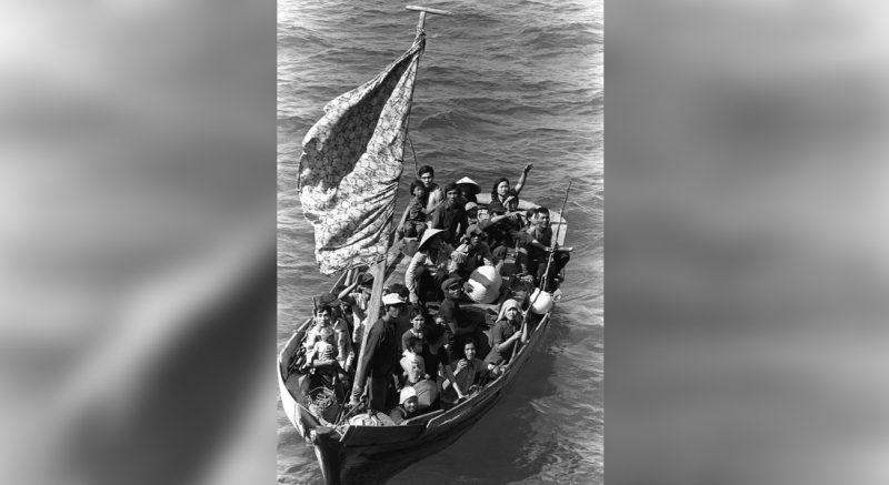 Вьетнамские беженцы ждут, когда их возьмут на борт десантного корабля. Фото: PH2 Phil Eggman. Источник: Викисклад (Wikimedia Commons)