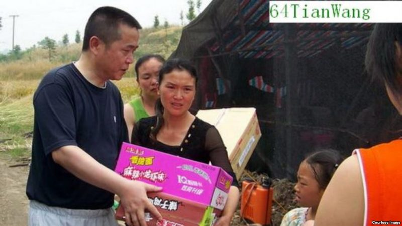 Huang helping victims of the Sichuan earthquake in 2008. Photo: VOA.