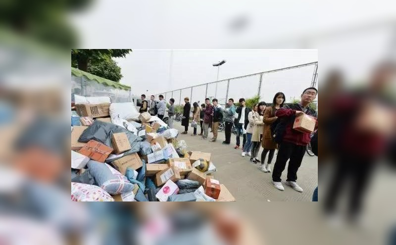 Students lining up to pick up their package. Photo from state-owned Xinhua Net.