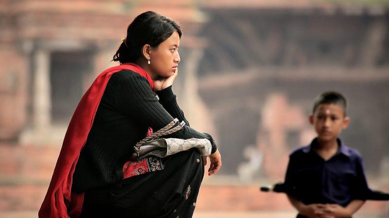 Gadis Nepal termenung dalam pikiran di Alun-alun Durbar, Bhaktapur, Nepal. Foto dari Flickr oleh Elmar Bajora. CC BY-NC-ND 2.0