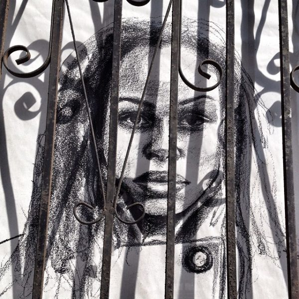 « Woman behind bars » (« Femme derrière les barreaux »), extrait d'une série d'affiches contre le harcèlement de rue et pro-respect. Photo de l'utilisatrice Flickr Wendy, CC BY-NC 2.0.