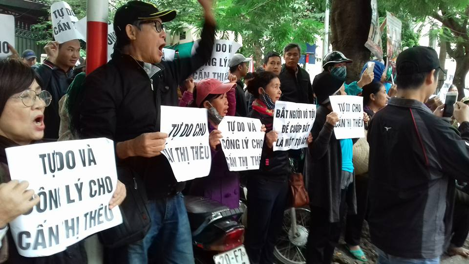 "Supporters of the defendant protest outside Hà Nội People's Court. Signs say ""Freedom and justice for Cấn Thị Thêu"". Image: Facebook/Nguyễn Thuý Hạnh"