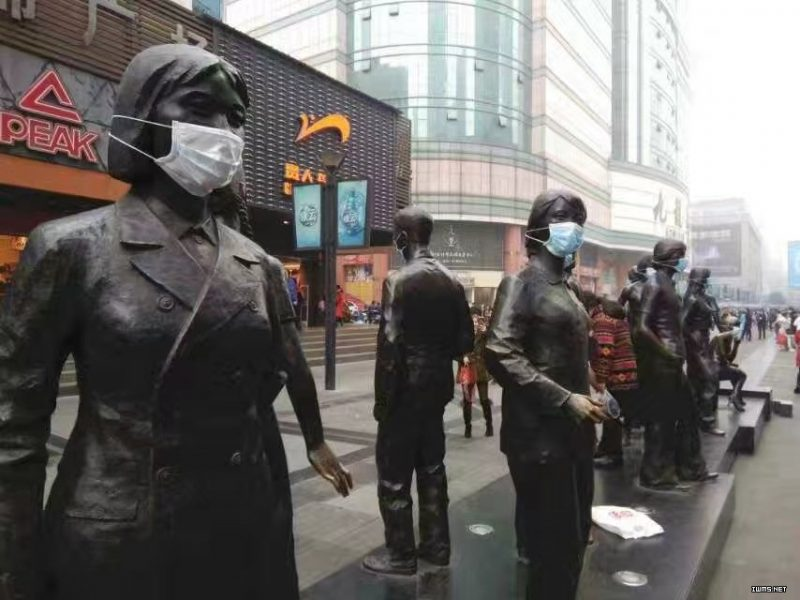 Protesters put masks on statues outside the World Financial Center in Chengdu to protest against toxic smog in the city. Image from Twitterer @caichu88