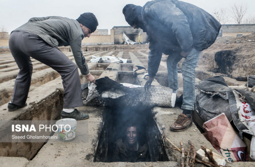 One of the viral images of Iran's homeless population taking refuge in graves outside of Tehran. Image by Saeed Gholamhosseini for ISNA news. Published with rights to redistribute.
