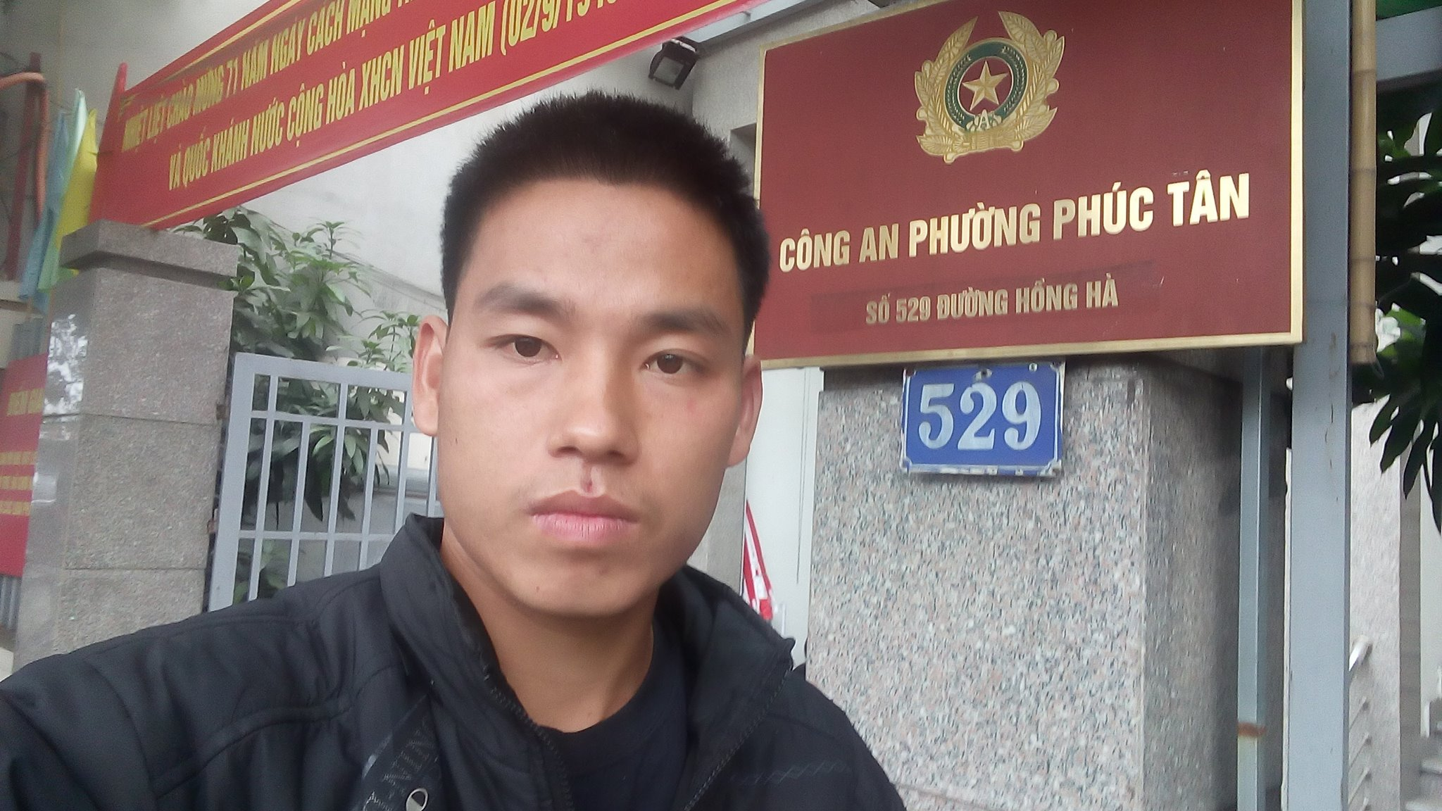 Trịnh Bá Tư in a selfie posted on Facebook after his release, outside of police quarters in Phúc Tân Ward. Image: Facebook/Trịnh Bá Tư