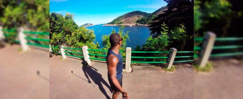 """Флери Джонсон (Fleury Johnson) из Того, путешествуя по """"Сахарной вершине"""" (the Sugarloaf) в Рио-де-Жанейро, Бразилия. Опубликовано по разрешению."""
