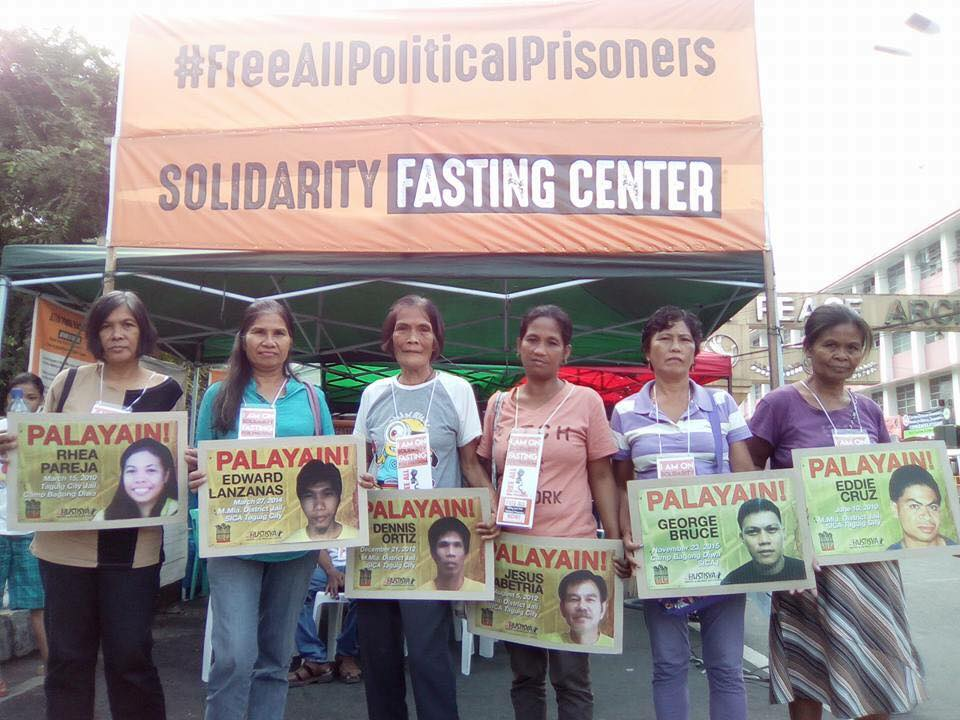 Some relatives of political prisoners are joining the solidarity fast. The word 'palayain' which can be seen in the placards, means freedom in Tagalog. Source: Facebook