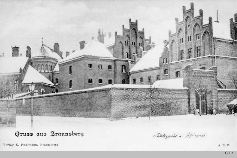 A 1945 postcard showing the prison in Braniewo, Poland. Public domain via Wikimedia Commons.