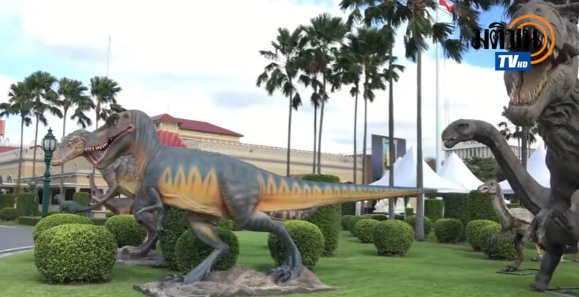 Dinosaur models in front of Government House in Bangkok, Thailand. Screenshot from the video of Matichon TV uploaded on YouTube