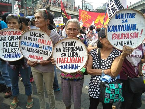 Women farmers joined the march near the presidential palace. They hold placards demanding the implementation of land reform and the cessation of violence in rural communities. Photo from the Facebook page of the Unyon ng mga Manggagawa sa Agrikultura