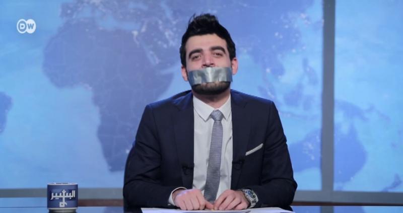 Ahmed Albasheer, présentateur du talk show satirique Albasheer Show, se moque d'une décision de la Commission irakienne des communications et des médias de suspendre son programme sur Alsumaria TV. Le programme diffuse actuellement sur les chaines DW Arabia et NRT Arabia basée au Kurdistan.